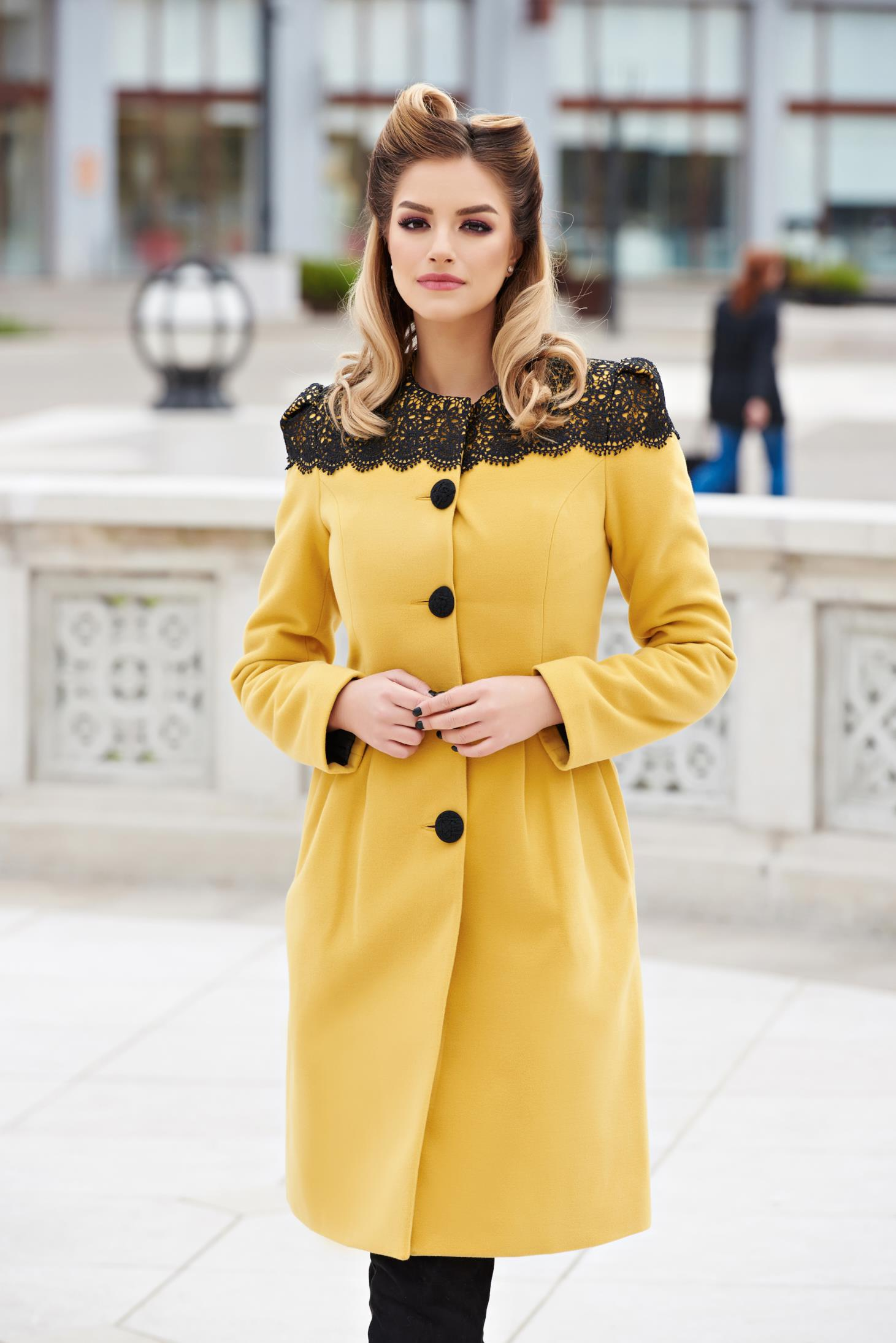 Yellow elegant wool coat with embroidery details