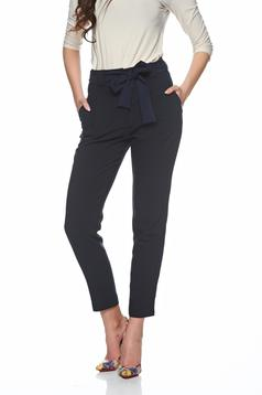 PrettyGirl high waisted darkblue trousers accessorized with tied waistband