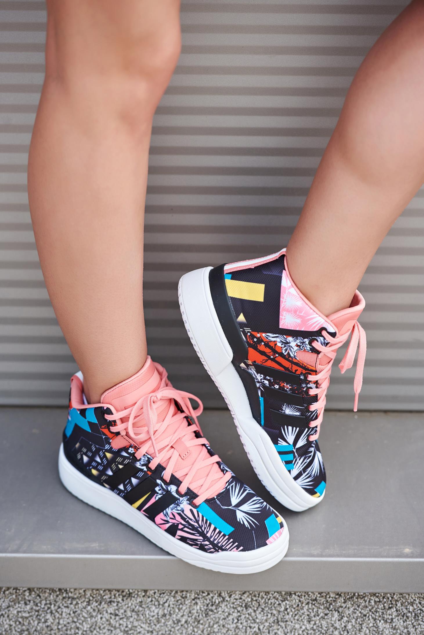 Fekete Adidas originals sport cipő virágmintás díszítéssel fűzővel köthető  meg 35ec9efdaf