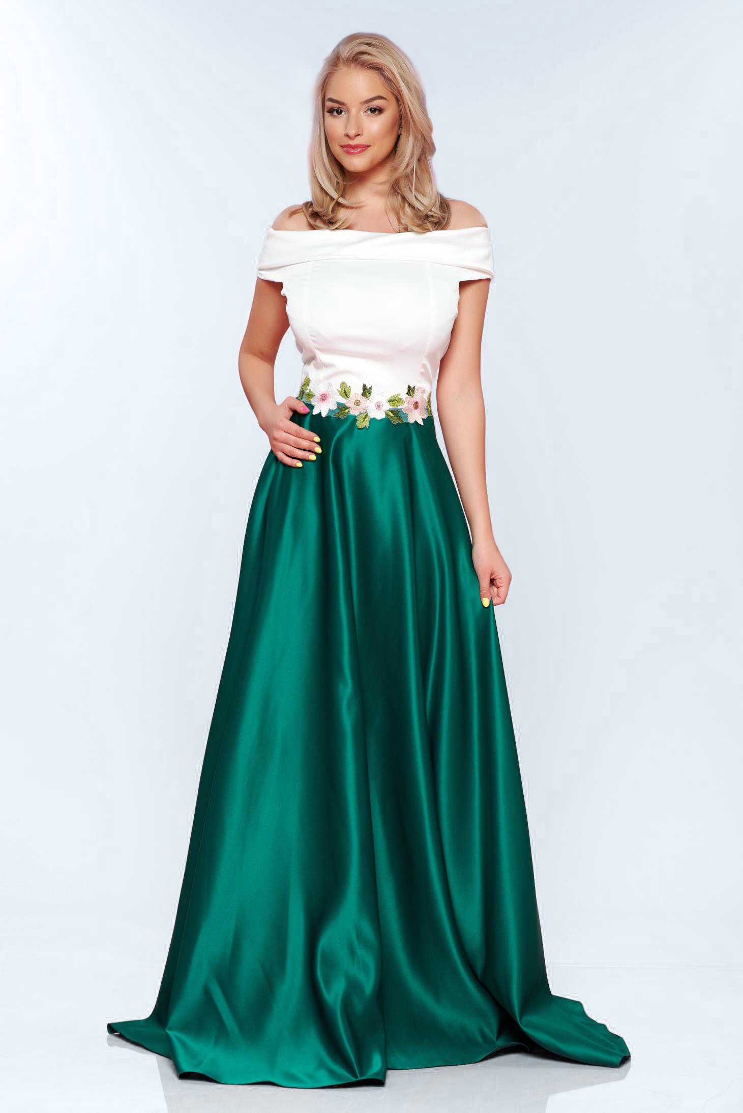 Rochie verde de ocazie in clos din material satinat cu insertii de broderie
