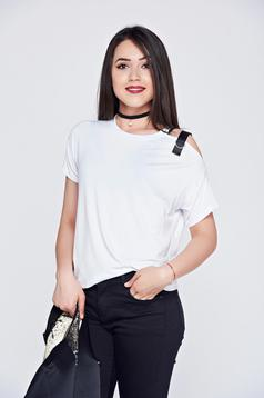 White easy cut casual t-shirt with metallic buckle