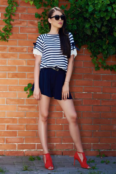 Darkblue easy cut short accessorized with belt and pockets