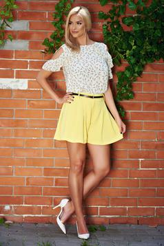 Yellow easy cut short accessorized with belt with pockets