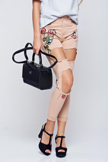 Casual cream jeans with ruptures and embroidery details