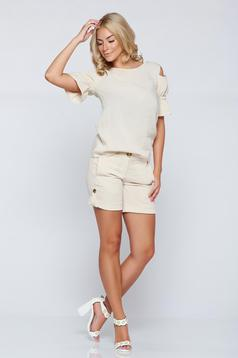 PrettyGirl cream casual short with pockets and button accessories