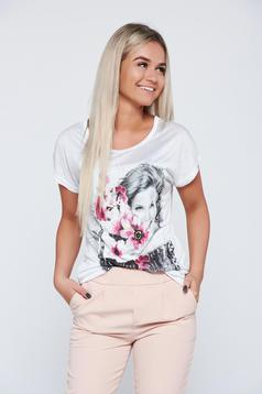 White easy cut t-shirt with print details and short sleeve