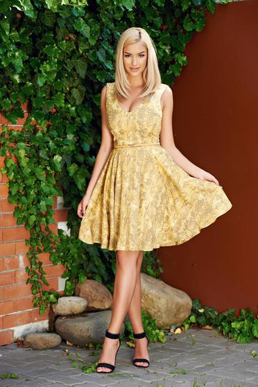 StarShinerS cloche yellow sleeveless dress accessorized with belt