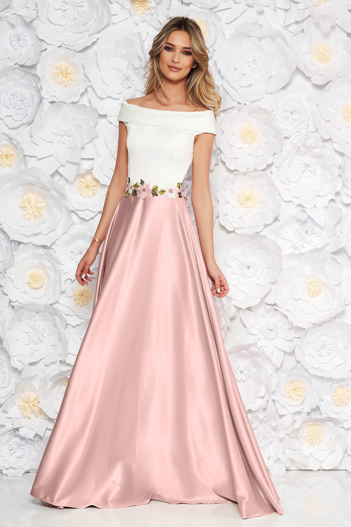 Rochie Artista roz prafuit de ocazie in clos din material satinat cu insertii de broderie