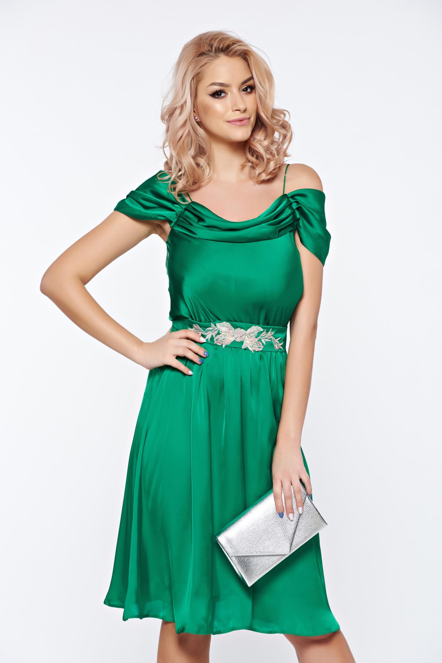 Rochie LaDonna verde de ocazie in clos cu umeri goi din material satinat