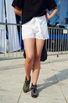 White casual short accessorized with tied waistband from cotton