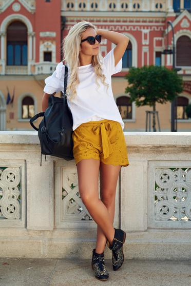 Yellow casual short accessorized with tied waistband cotton