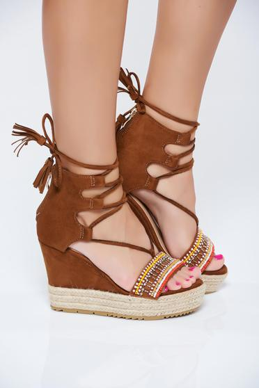 Brown sandals with ribbon fastening and small beads embellished details