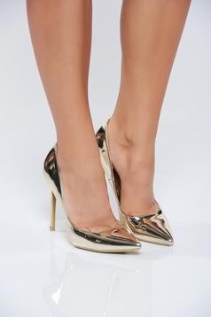 Gold elegant shoes with metallic aspect and high heels