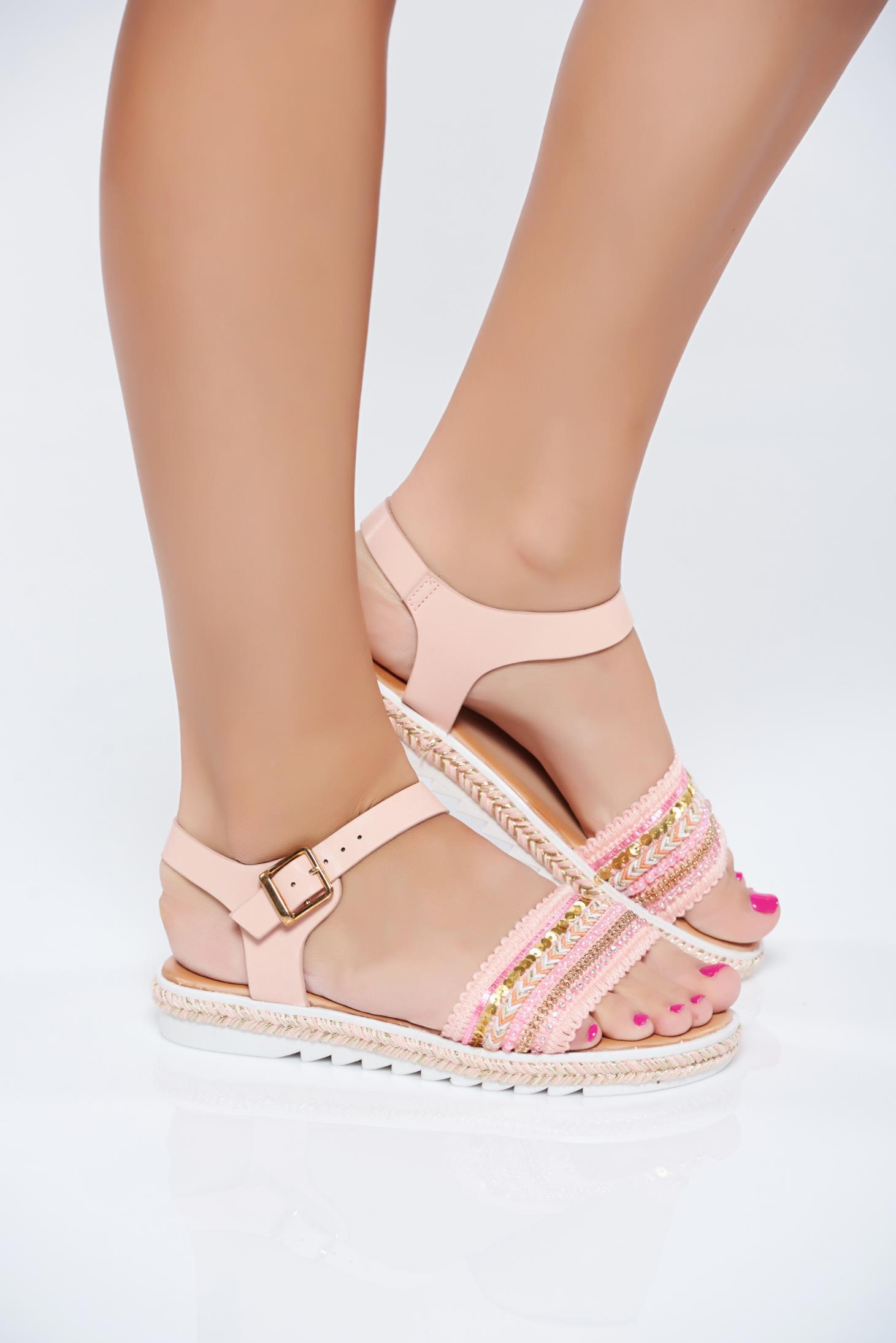 Sandale cu aplicatii cu margele roz accesorizata cu o catarama metalica
