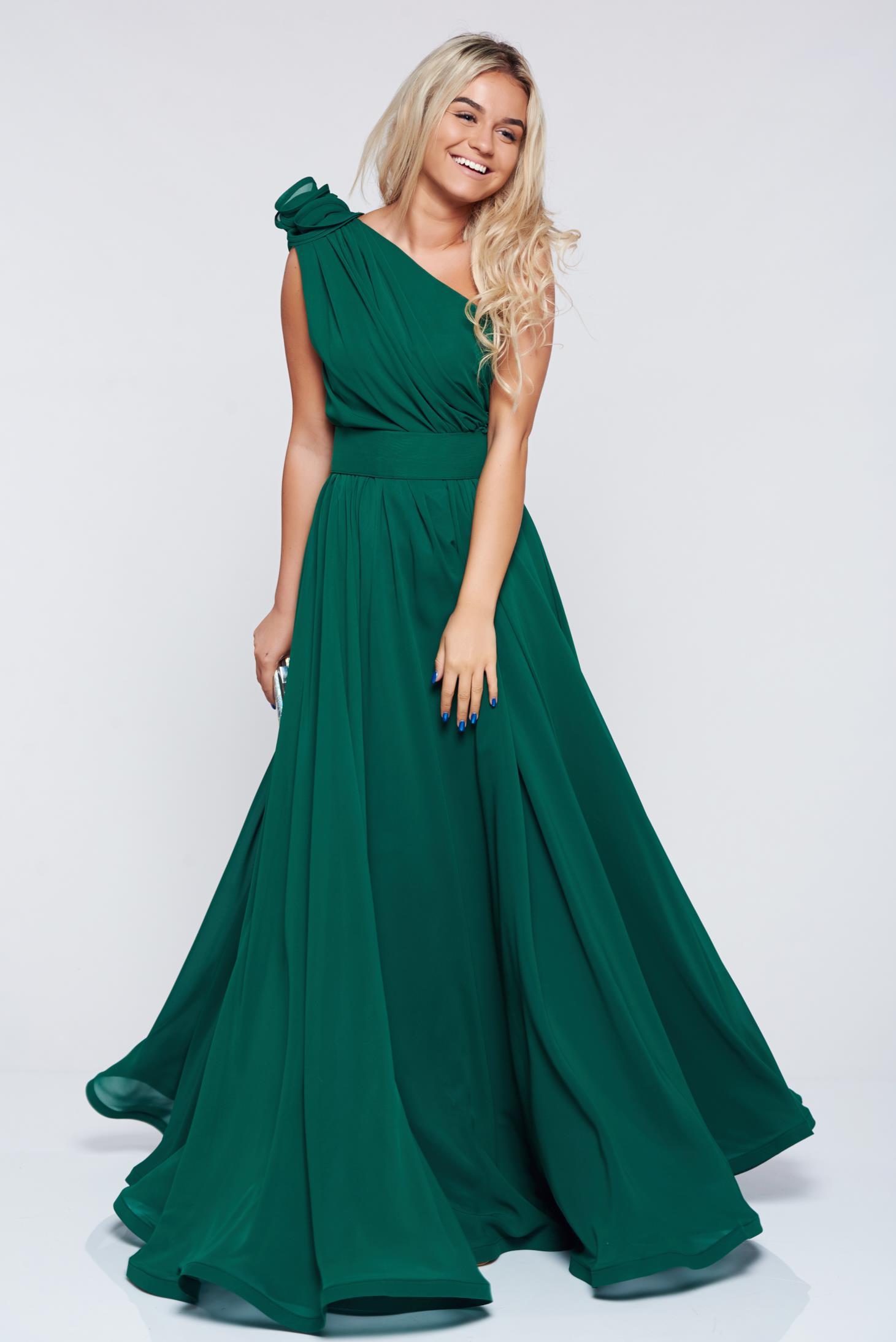 Rochie Ana Radu verde de lux pe umar din voal accesorizata cu cordon