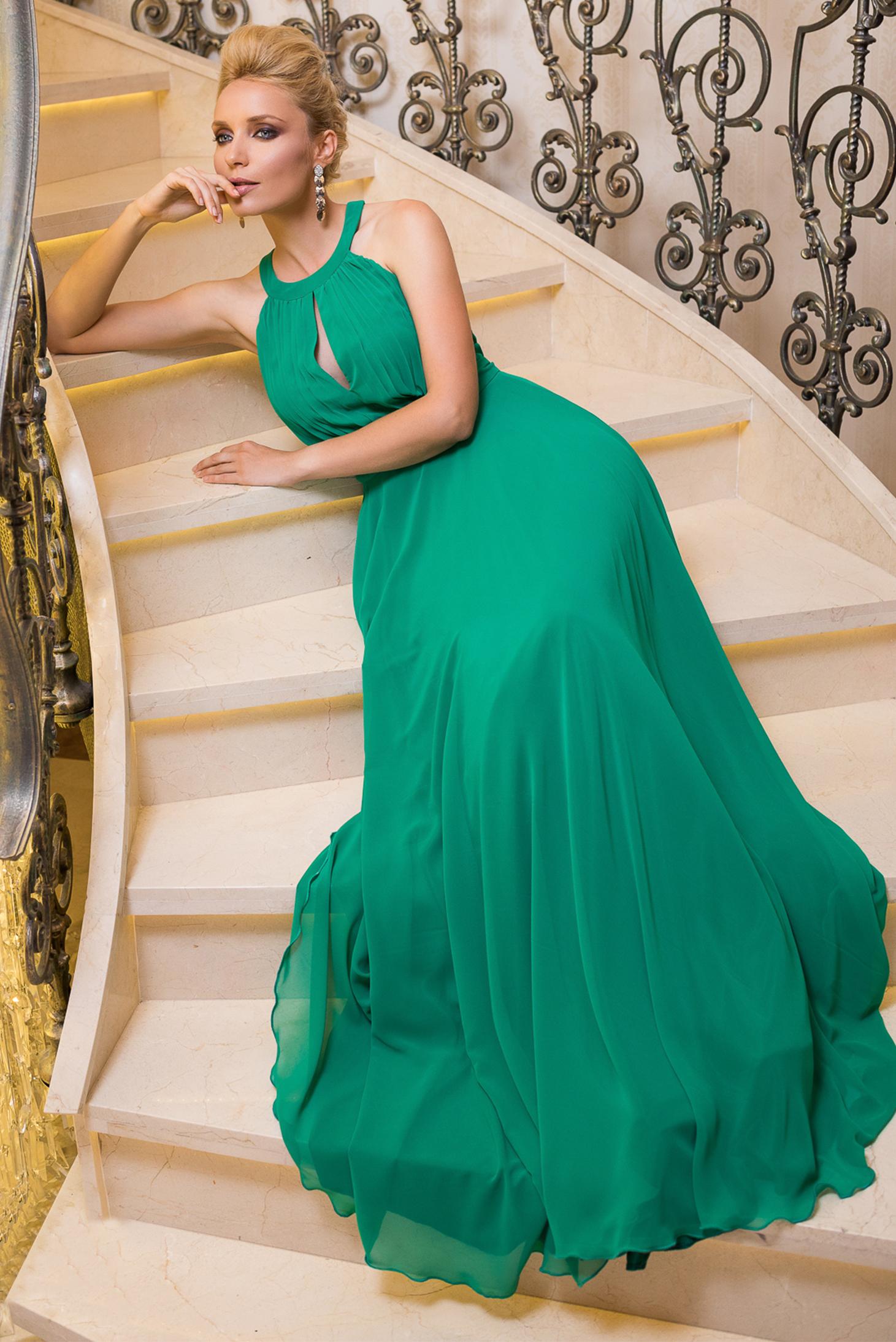 Rochie Fofy verde de ocazie in clos din voal cu pliuri captusita pe interior