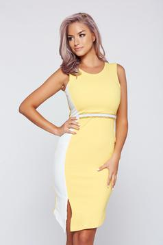 StarShinerS midi yellow pencil dress accessorized with chain