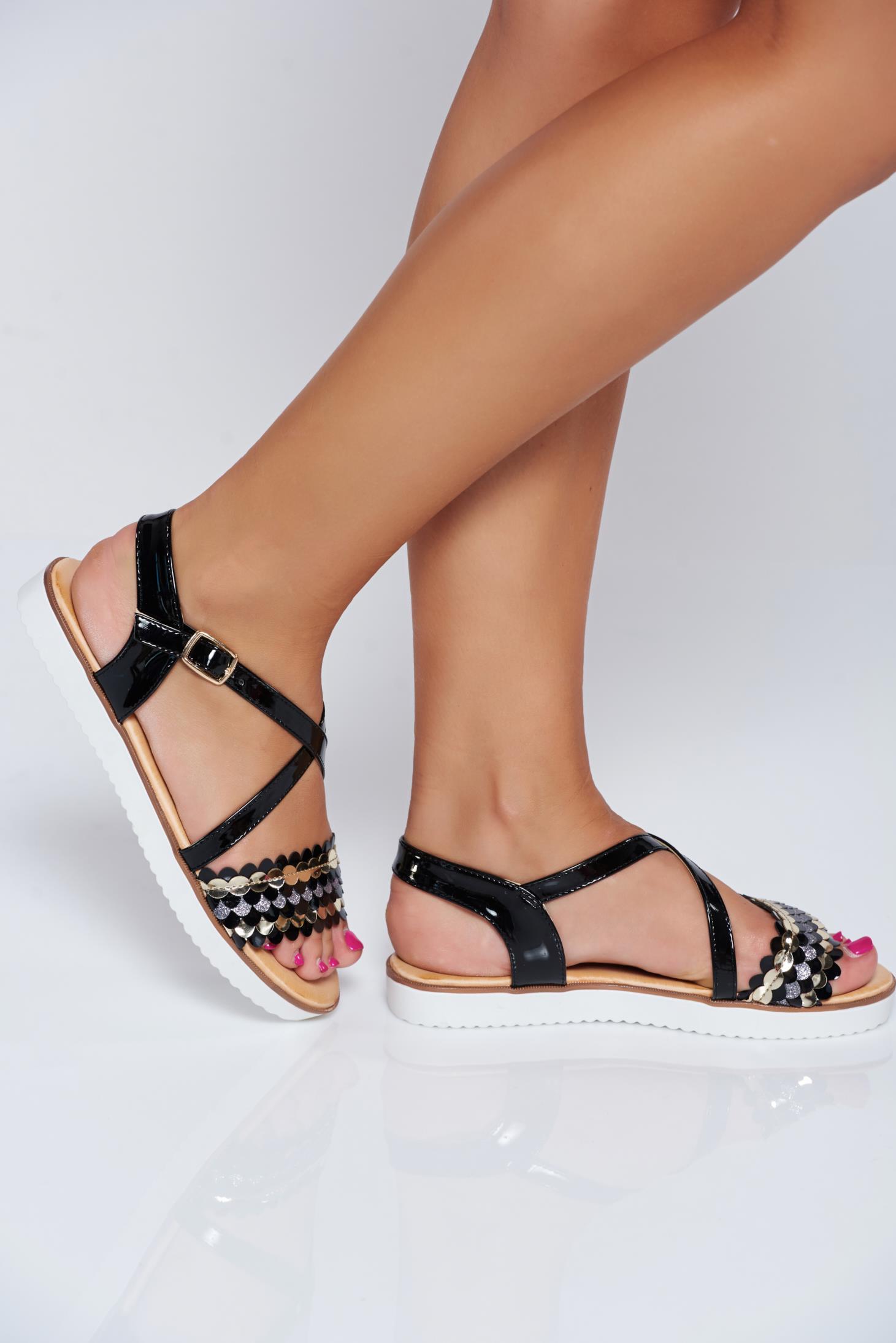 Sandale negre casual din piele ecologica lacuita cu talpa joasa