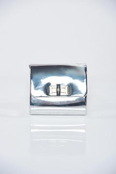 Silver metallic aspect bag accessorized with chain