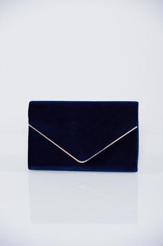 Darkblue clutch bag accessorized with chain