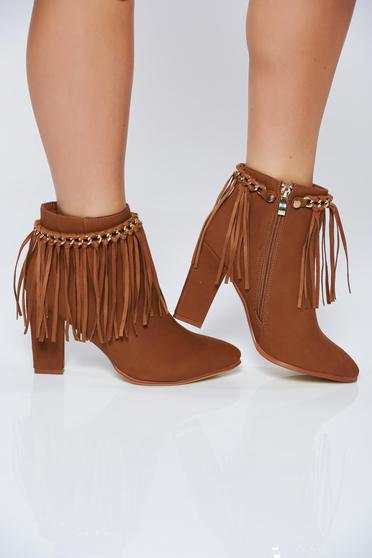 Brown casual ankle boots with fringes