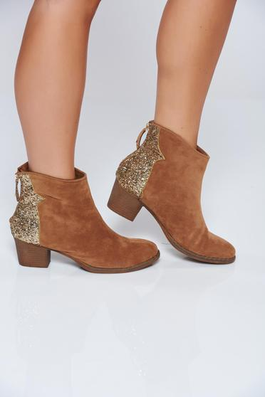 Cream casual ankle boots with square heel and glitter details