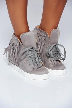 Grey casual sneakers with lace and fringes
