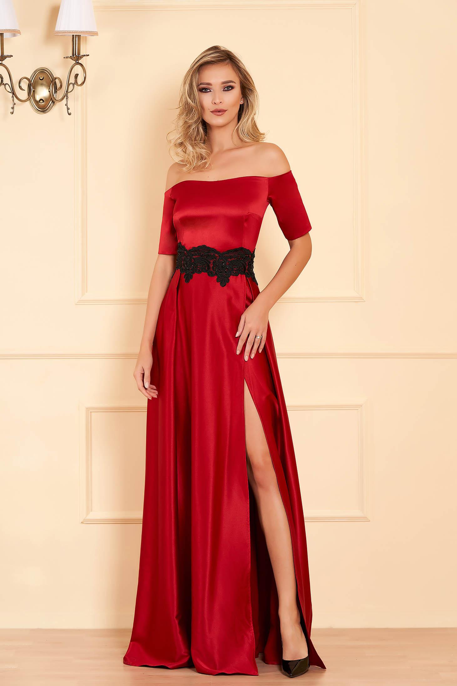 Alkalmi burgundy ruha szatén anyagból hímzett betétekkel