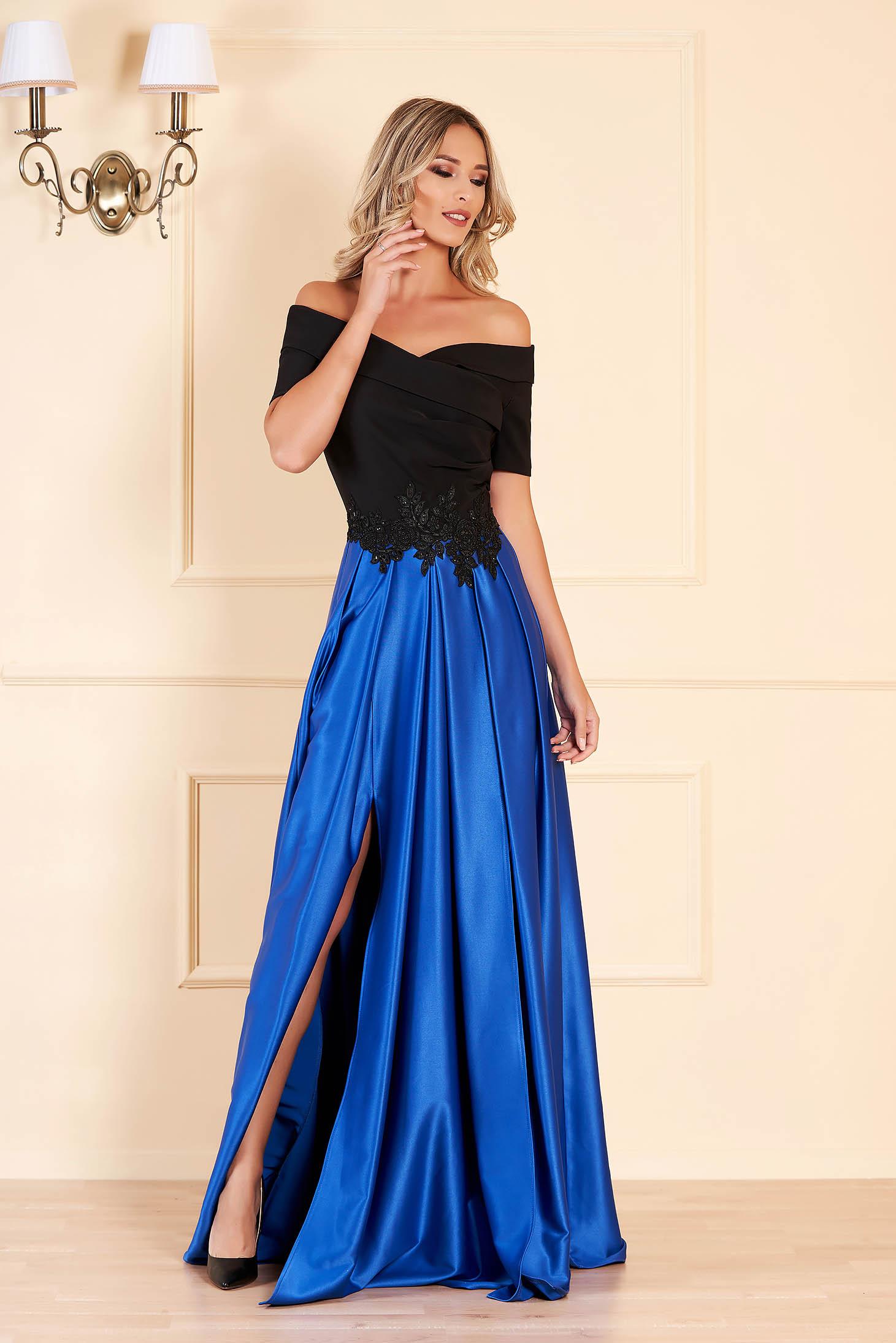 Rochie albastra de ocazie in clos pe umeri din material satinat cu insertii de broderie