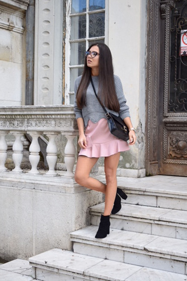 Short rosa casual skirt with ruffle details