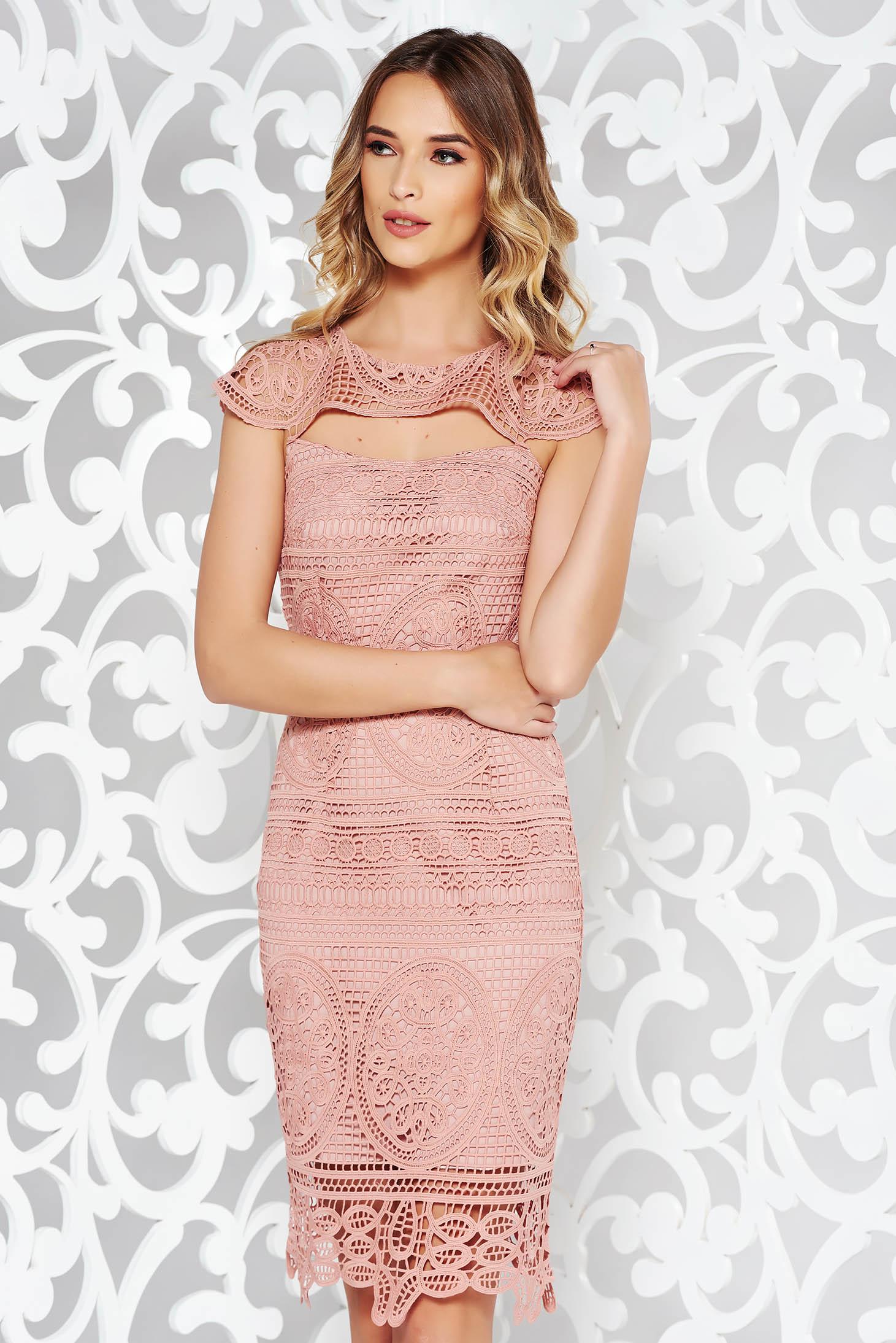 Rochie rosa eleganta tip creion din dantela tricotata captusita pe interior si decupata la bust