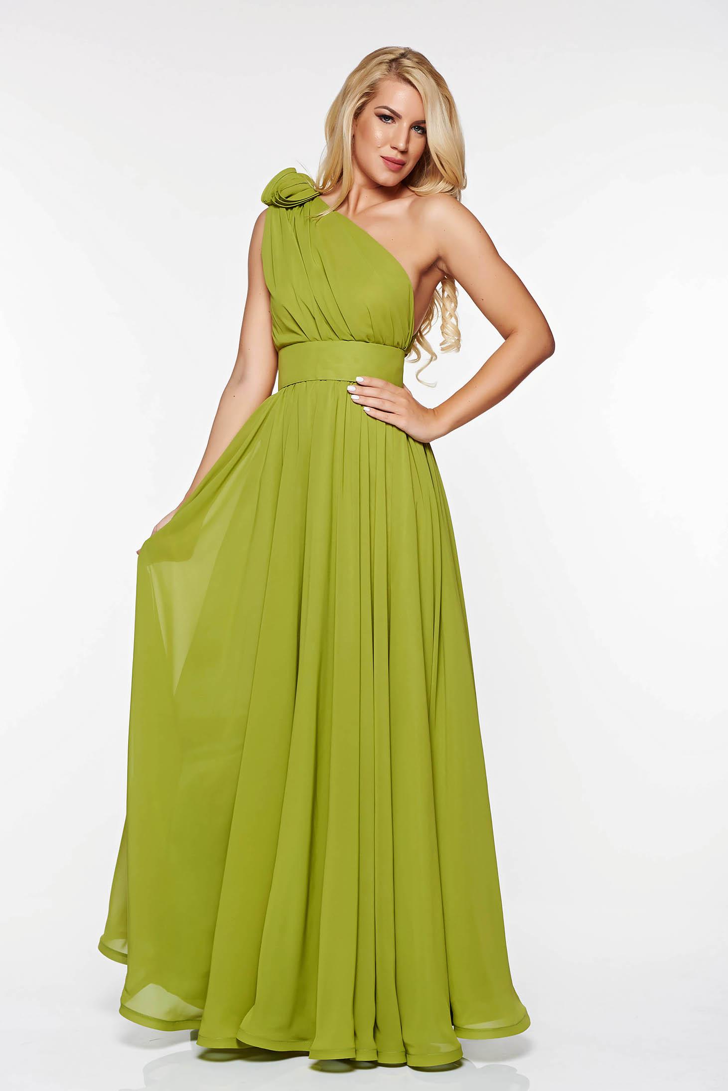 Rochie Ana Radu verde-deschis de lux in clos din voal pe umar accesorizata cu cordon cu aplicatii florale