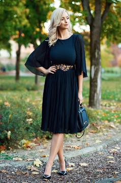 StarShinerS elegant black dress accessorized with tied waistband with embroidery details