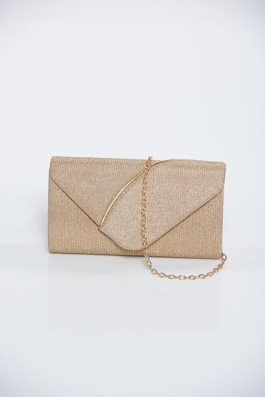 Occasional gold bag with glitter details accessorized with chain