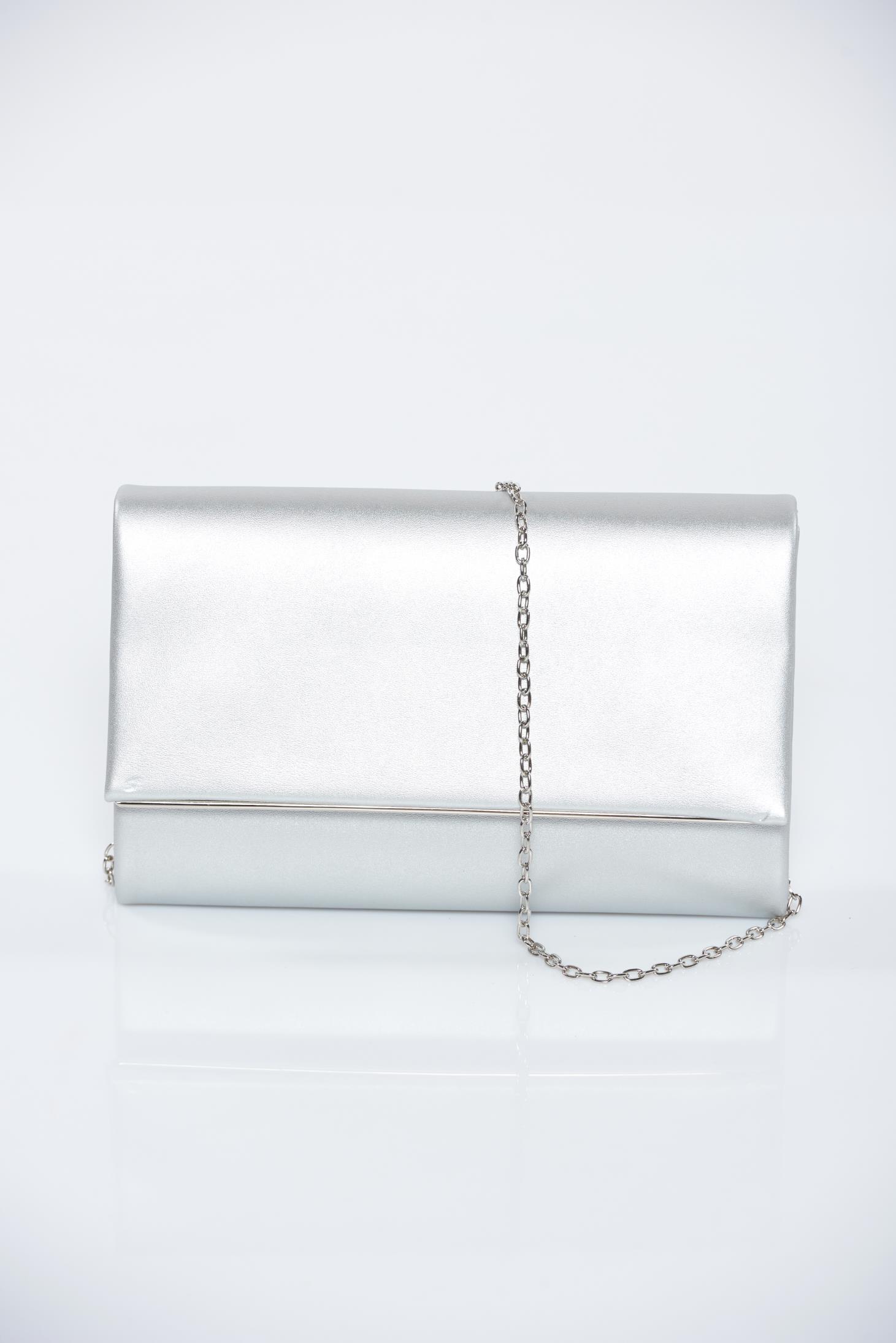Geanta dama argintie de ocazie cu aspect metalic accesorizata cu lantisor