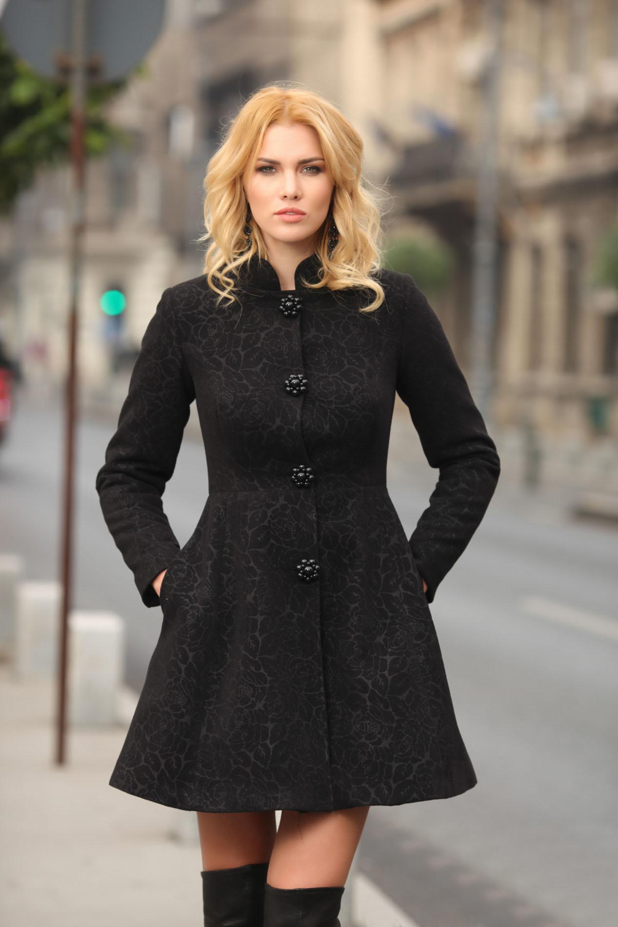 Palton Artista negru scurt elegant in clos din stofa neelastica cu umerii buretati captusit pe interior