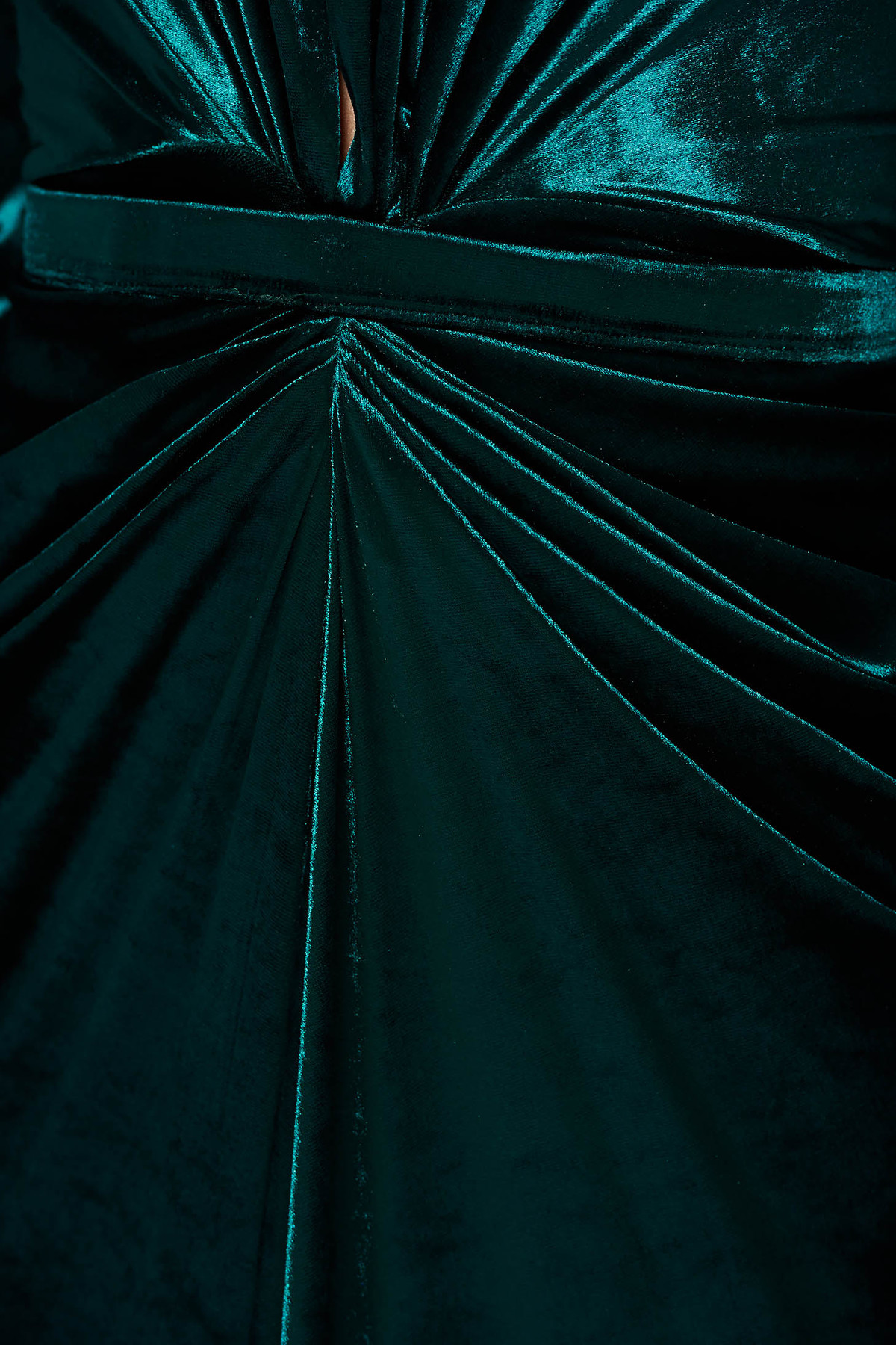 Rochie Ana Radu verde de lux tip sirena din catifea cu decolteu adanc accesorizata cu cordon