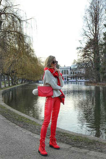 Ocassion red trousers casual with metallic aspect with medium waist