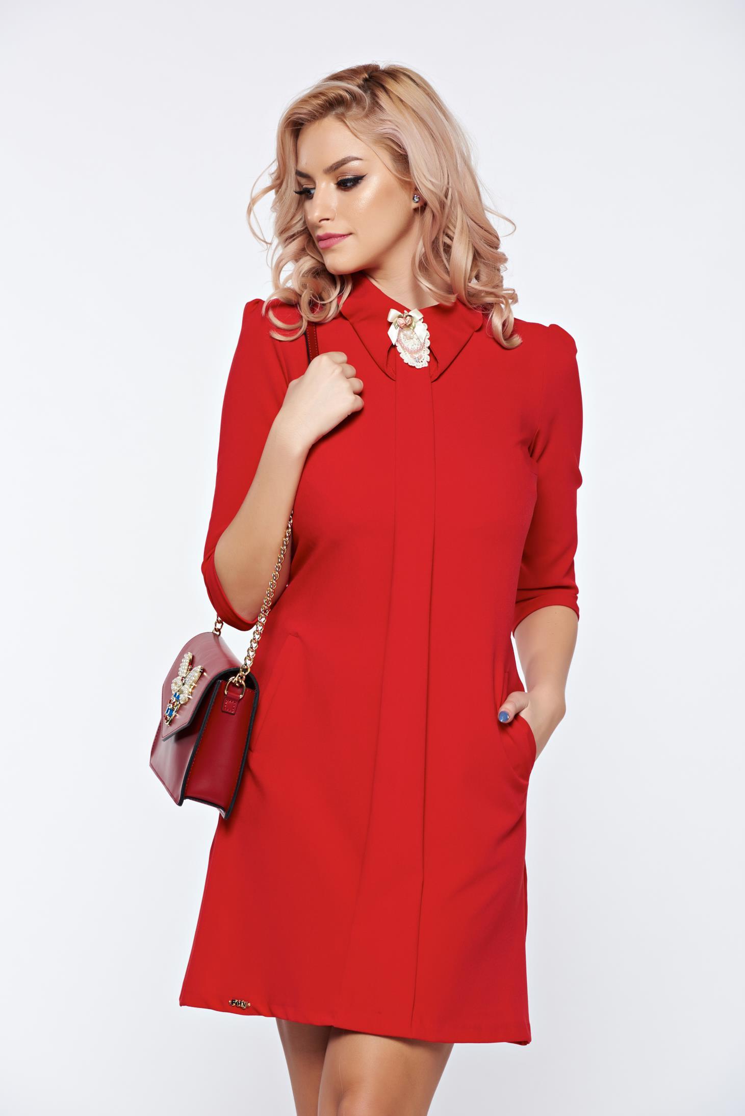 Rochie Fofy rosie cu croi in a cu buzunare in fata accesorizata cu brosa