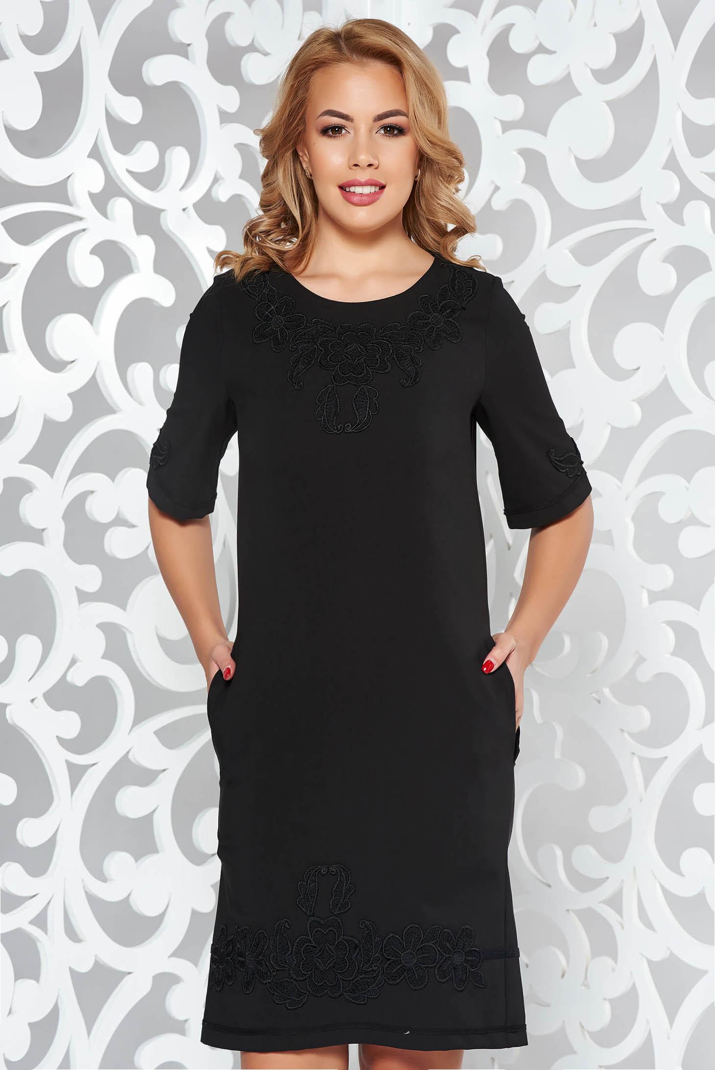 Rochie LaDonna neagra eleganta cu un croi drept din material usor elastic cu insertii de broderie cu buzunare