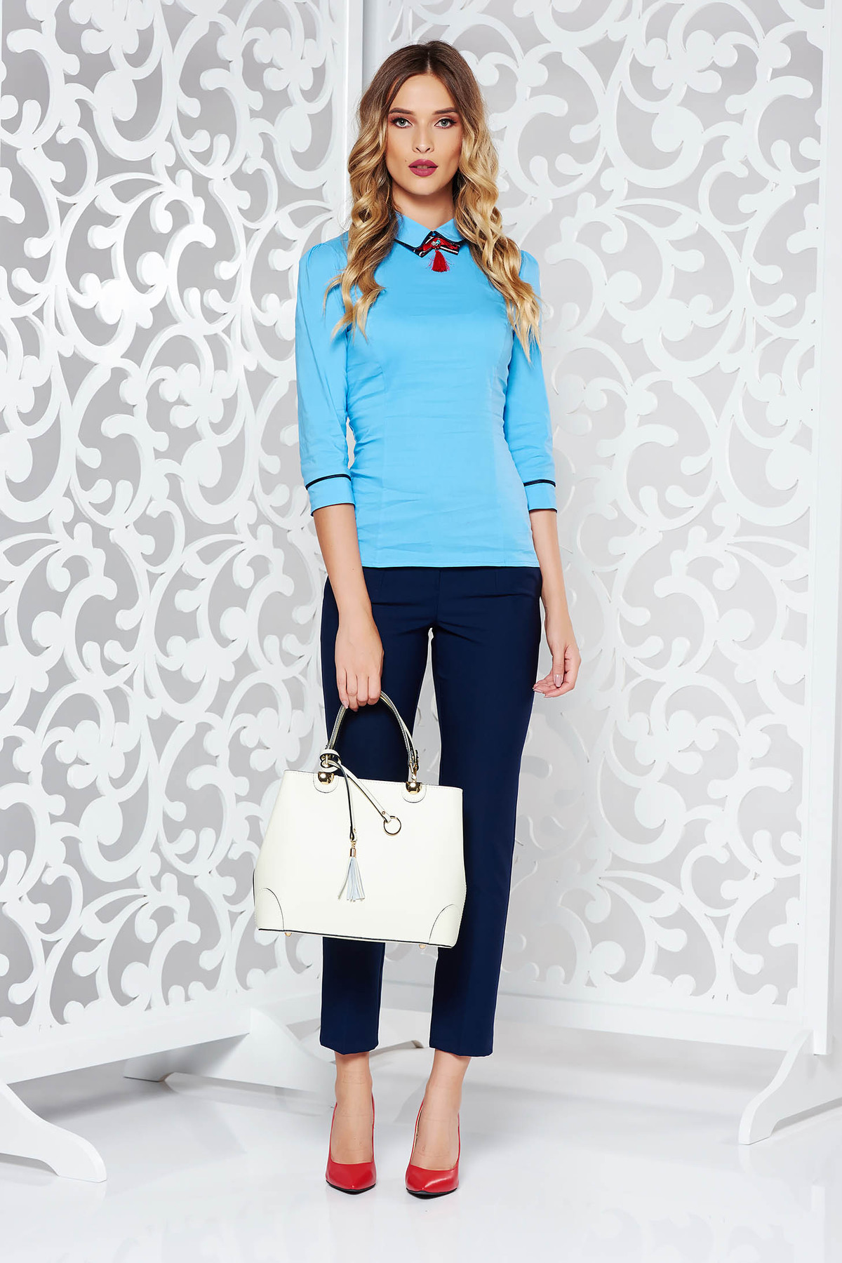 Camasa dama Fofy albastra office din bumbac cu un croi mulat accesorizata cu brosa
