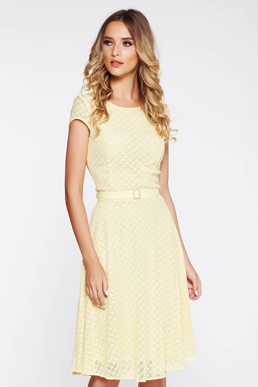 StarShinerS yellow dress flaring cut from laced fabric accessorized with tied waistband