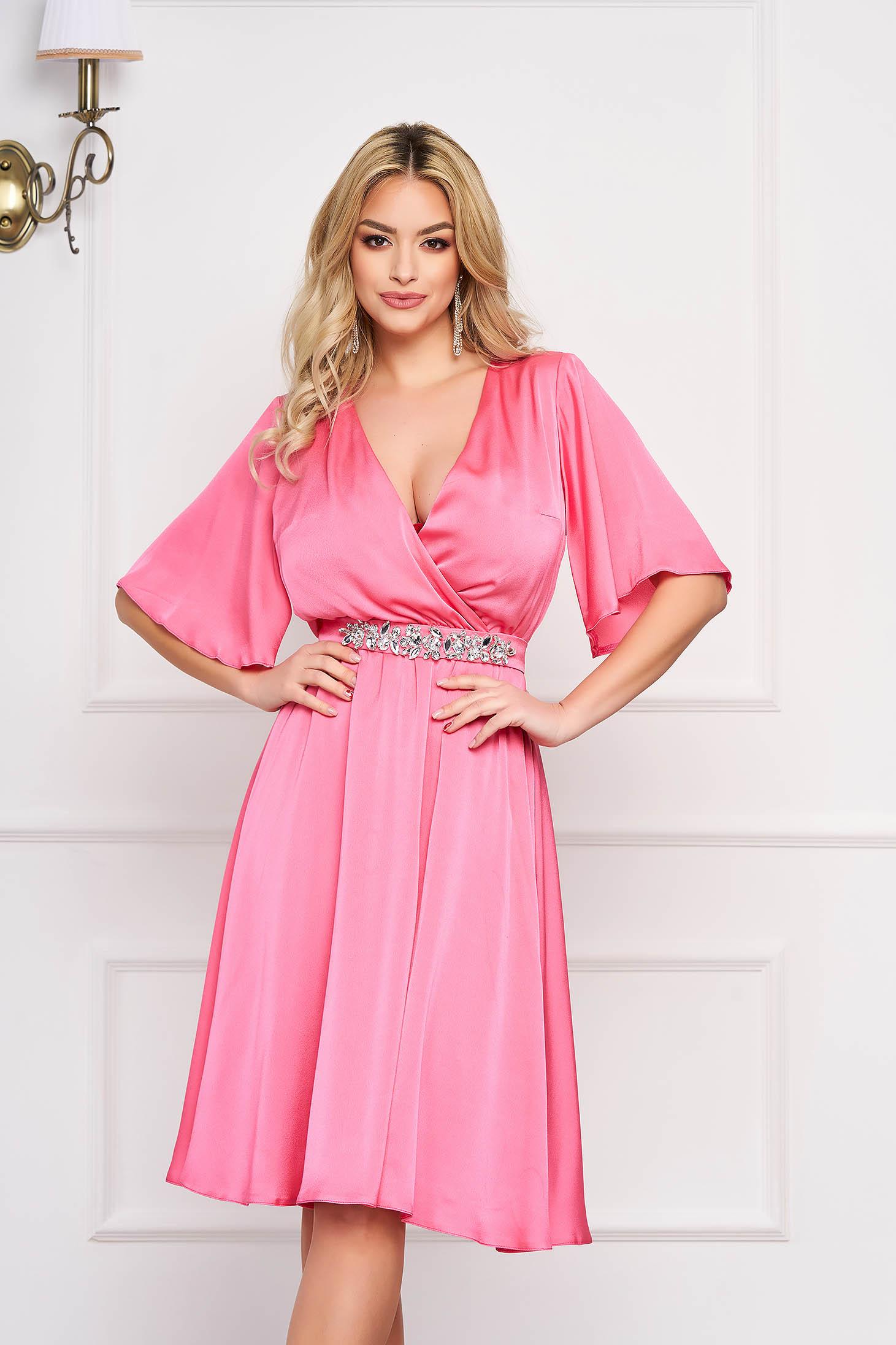 Rochie StarShinerS roz deschis de ocazie din material satinat captusita pe interior accesorizata cu cordon accesorizata cu pietre stras