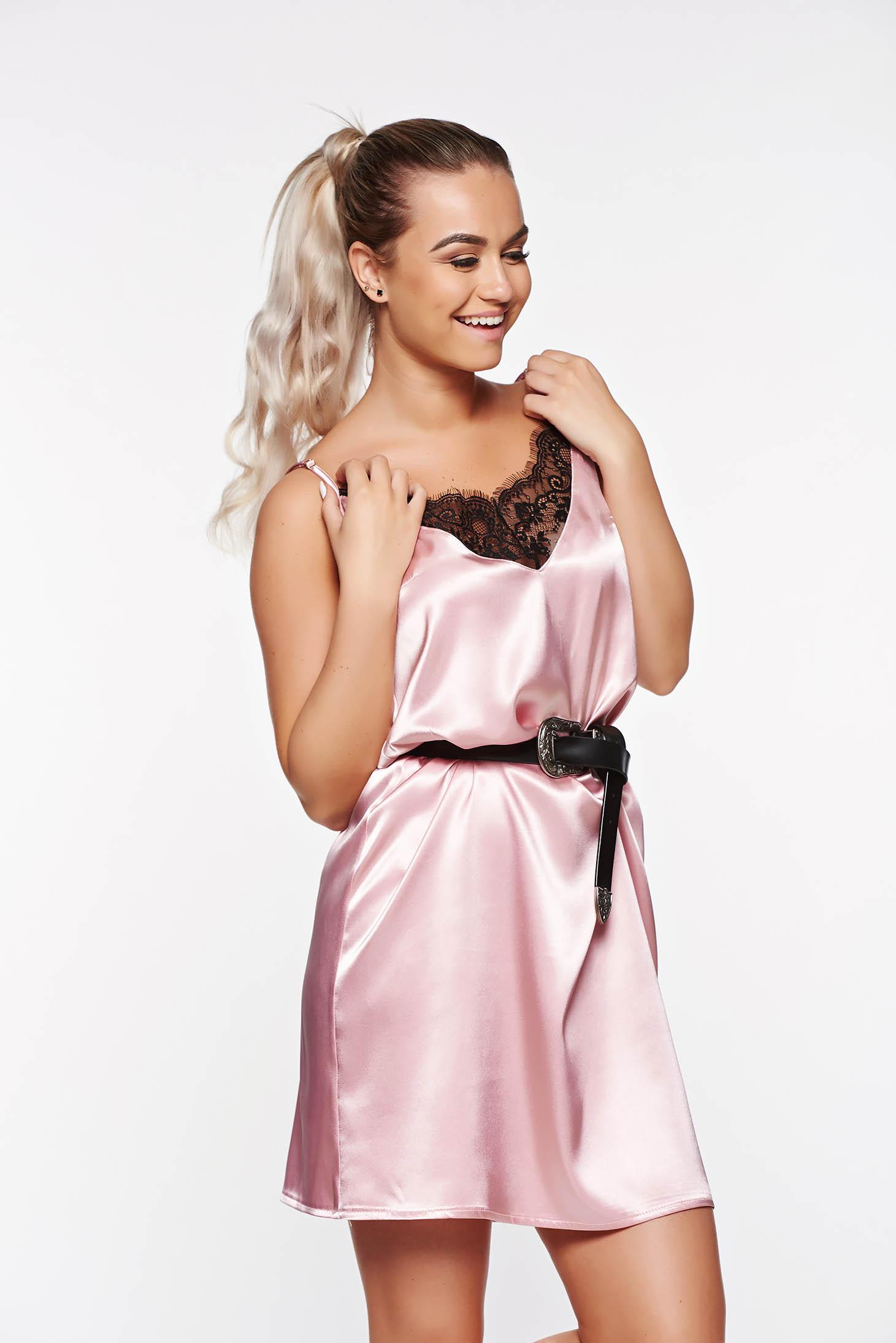 Rochie SunShine rosa casual cu croi larg din material satinat cu aplicatii de dantela