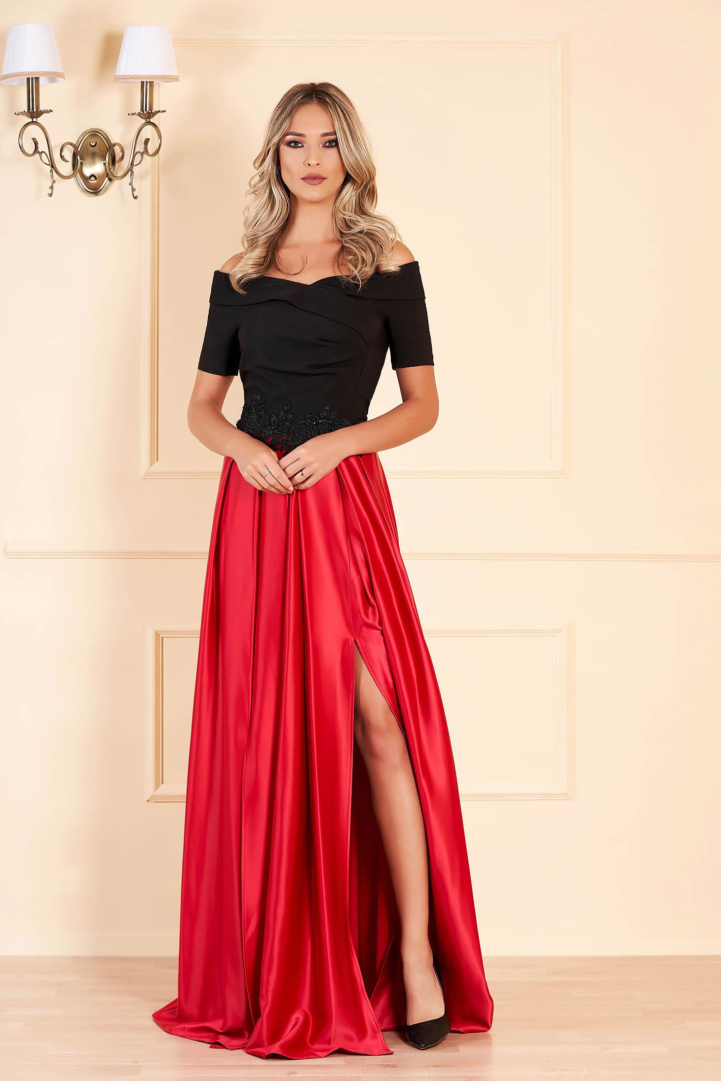 Rochie rosie de ocazie in clos pe umeri din material satinat cu insertii de broderie