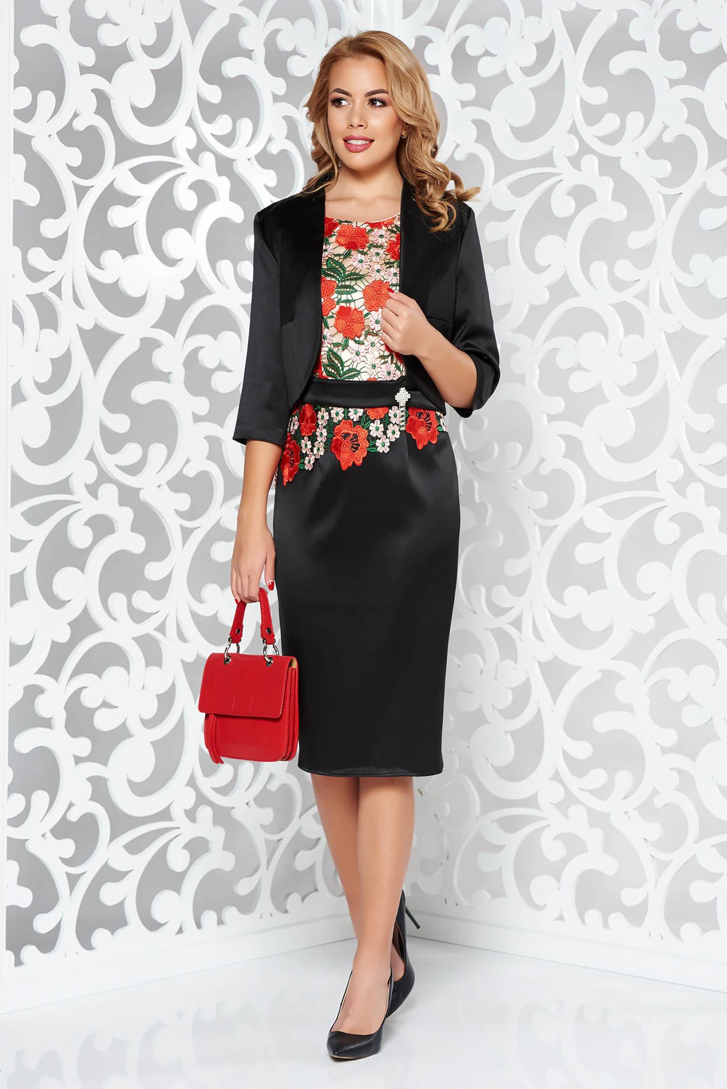 bbde662e54 Fekete elegáns női kosztüm szatén anyagból belső béléssel hímzett  betétekkel szűk szabás