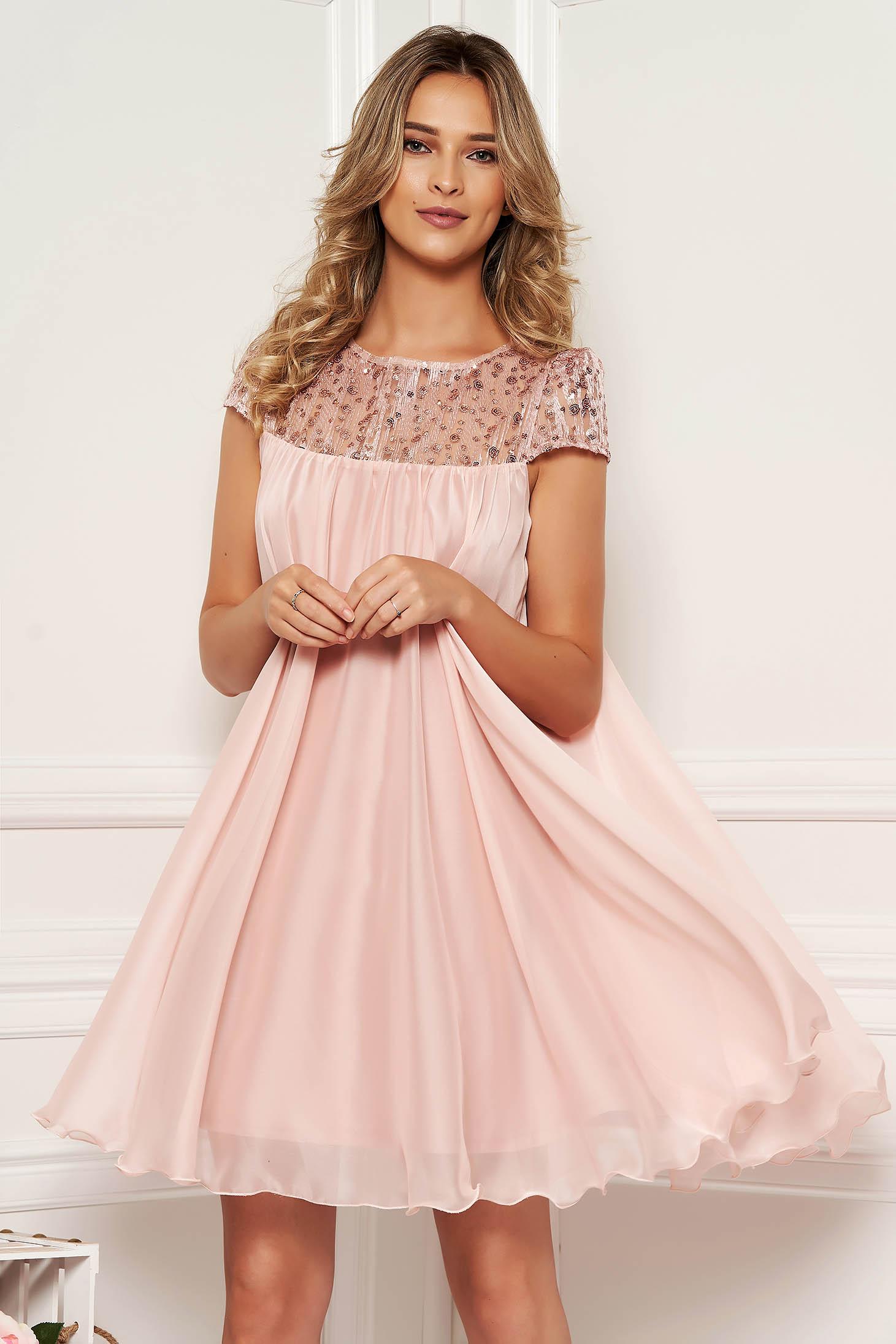 Rochie Artista roz deschis de ocazie cu croi larg din voal captusita pe interior cu insertii de broderie