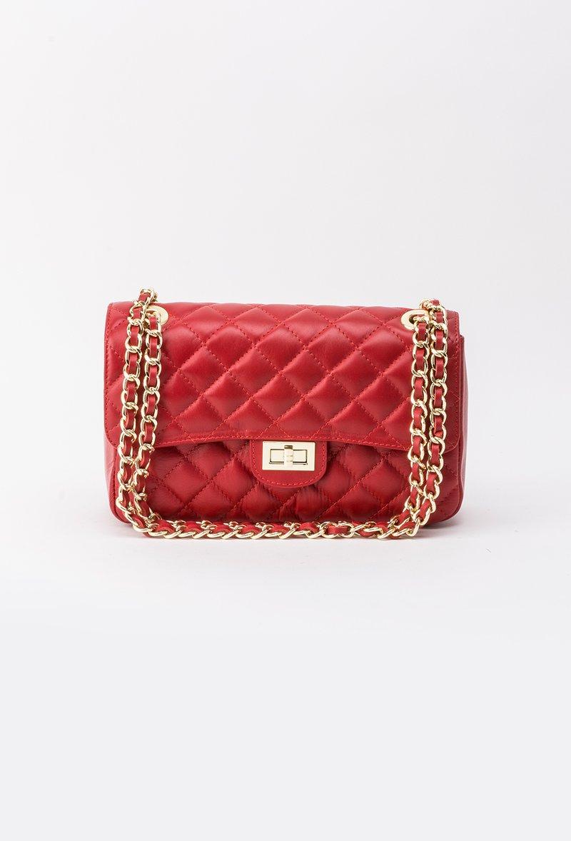Piros táska hosszú lánc típusú pánt valamint rövid