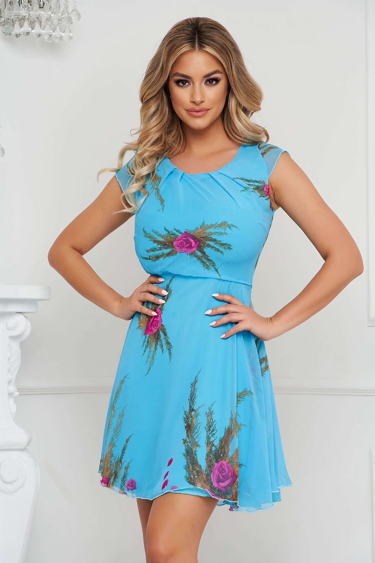 Rochie albastra scurta in clos din voal cu maneci scurte si imprimeu floral