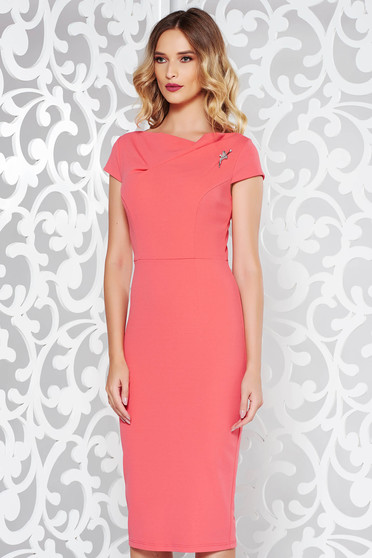 StarShinerS coral elegant dress with tented cut slightly elastic fabric accessorized with breastpin